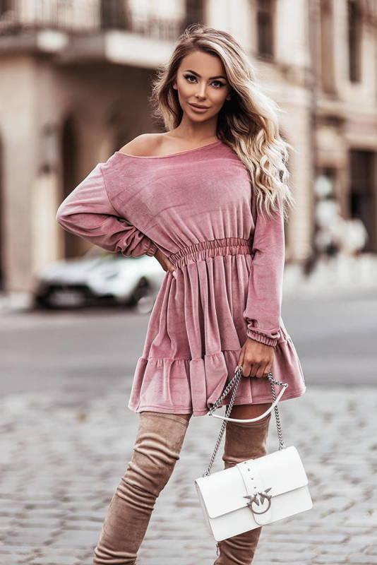 Welurowa sukienka o pięknym, kobiecym fasonie-rose